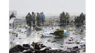 Los restos del avión de Fly Dubai quedaron esparcidos entre la nieve. Hubo 61 muertos. Foto: AP