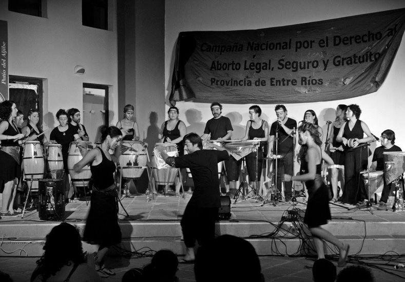Esta noche se presenta Vamoviendo que dejará todo a punto para la llegada de La Yaguarona. Foto Gentileza Gise Mitre.