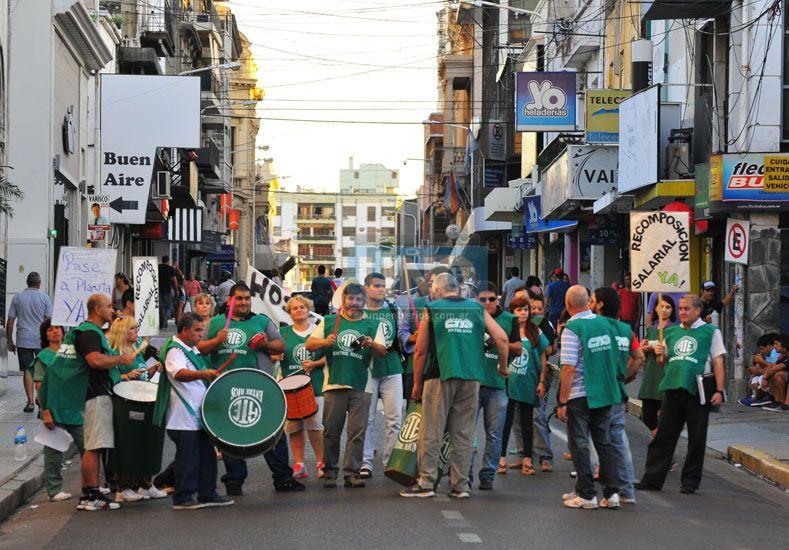 El gobierno ofreció un mínimo de 8.000 pesos a los estatales y quedaron cerca del acuerdo