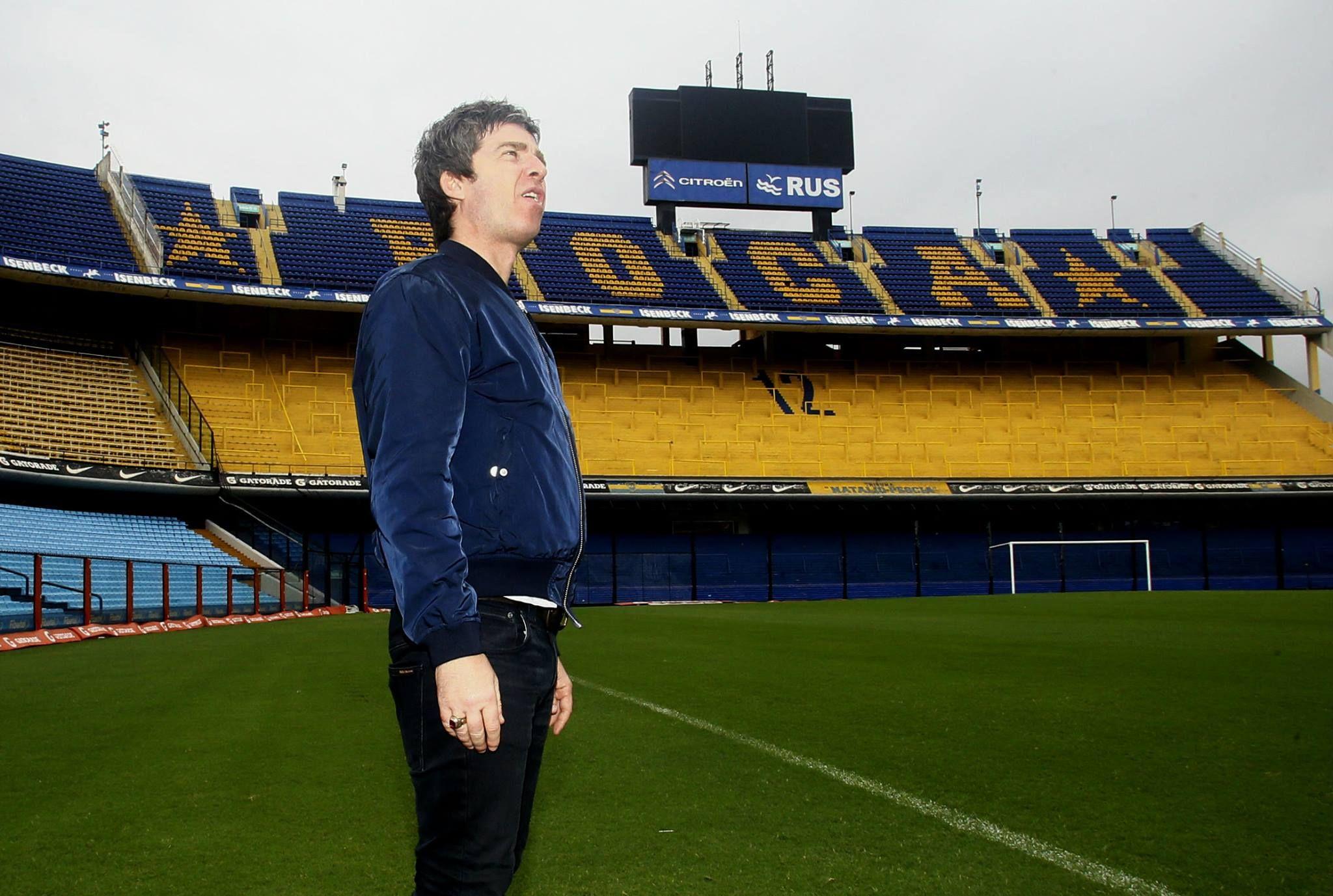 Aseguran que el músico inglés se emocionó cuando pisó la cancha de Boca. Foto prensa Boca Juniors.