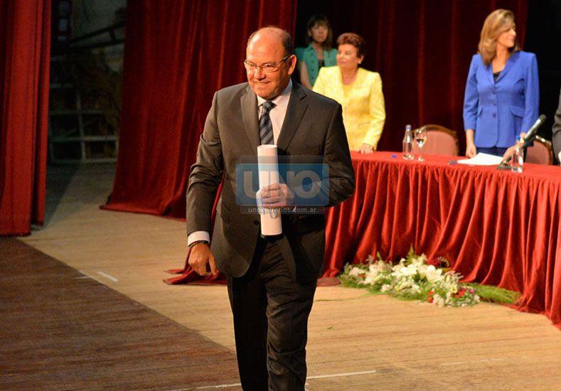 El diutado al momento de recibir su diploma. Foto: Archivo UNO