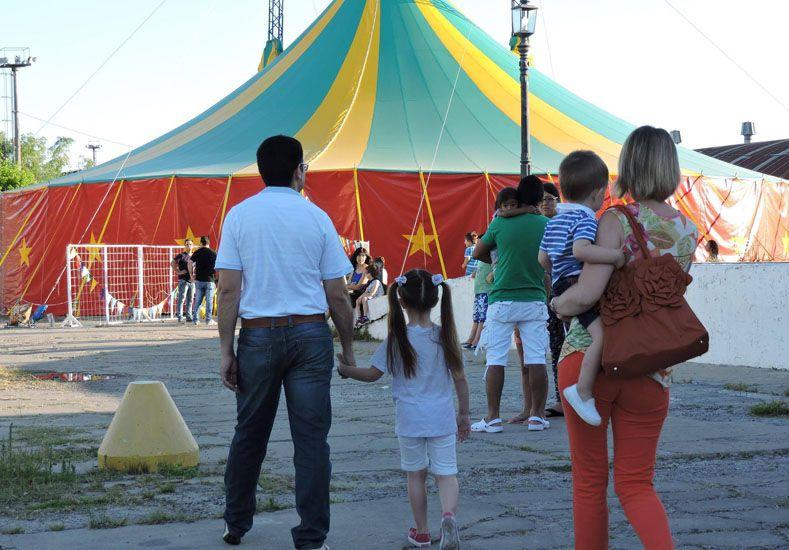De pie. La carpa ubicada junto al centro cultural Juan L. Ortiz ya convocó a más de 5.000 espectadores.