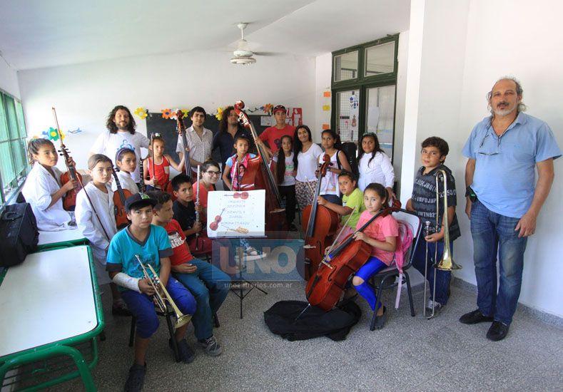 """Integrantes de la Orquesta Sinfónica Infantil y Juvenil """"Romina Iturrain"""" en la Escuela Esparza del barrio Mosconi Foto UNO/ Juan Ignacio Pereira."""