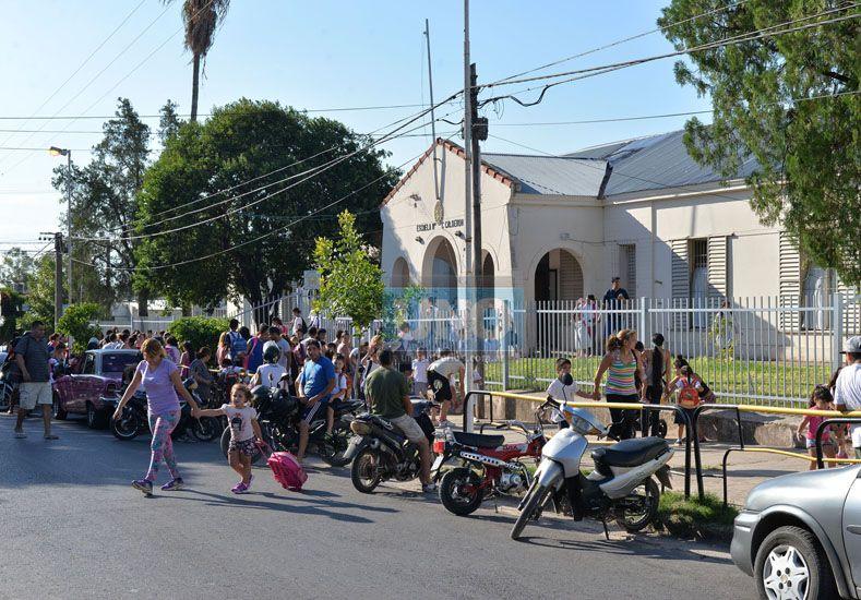 Un caos. La entrada y la salida de los chicos de la escuela es siempre problemática.  Foto UNO/Juan Manuel Hernández