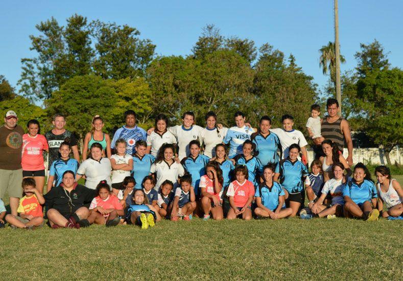 Las chicas que participaron en la actividad del rugby posan en la cancha del Salesiano.Foto Gentileza/Club Don Bosco