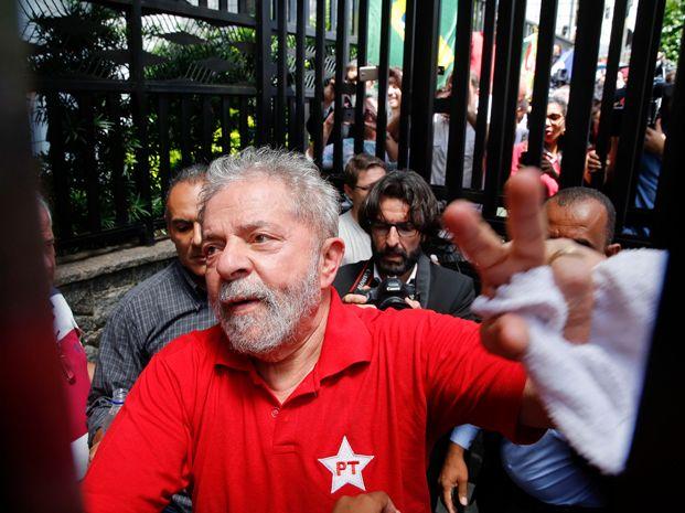 Luiz Inacio Lula da Silva le dijo a efectivos de la Policía Federal que será candidato a presidente en 2018.