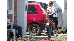 Caras de preocupación y una cruz en la moto frente a la vivienda del barrio San Cayetano de Nogoyá. Gentileza www.mundoinformativo.com.ar