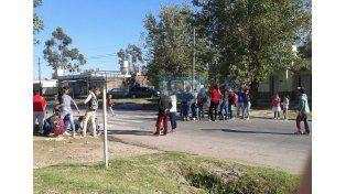 Este lunes padres y alumnos cortaron la arteria en reclamo de respuestas (Foto UNO)