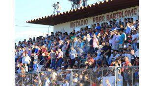 La platea estuvo colmada de público para ver el partido. (Foto UNO/Juan Ignacio Pereira – Diego Arias)