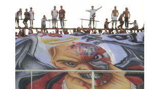 El trapo de los hinchas del equipo de la capital entrerriana. (Foto UNO/Juan Ignacio Pereira – Diego Arias)