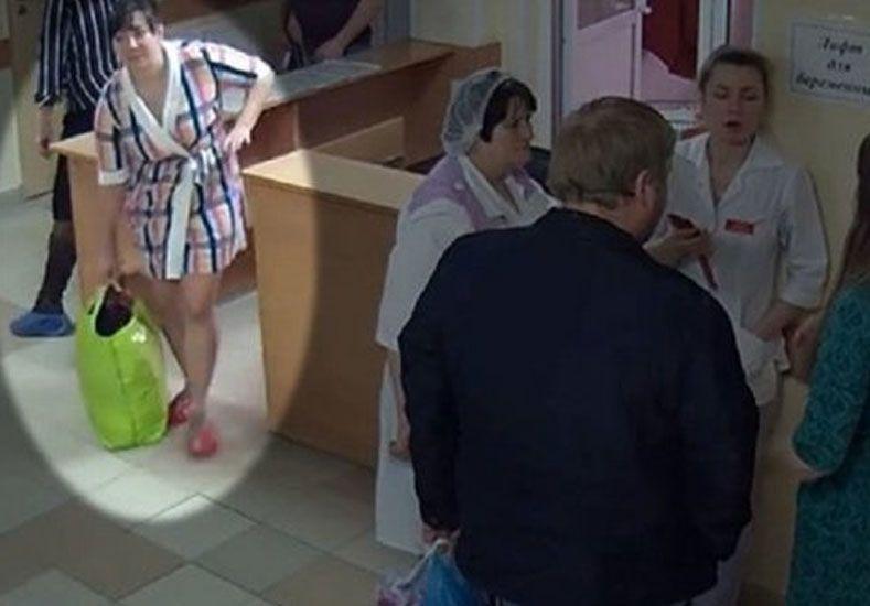 Una mujer se llevó un bebé recién nacido en una bolsa de un hospital