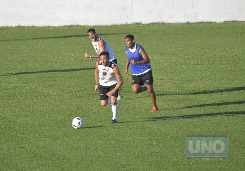 Lemos estuvo ayer entre los titulares en los trabajos tácticos del Santo. (Foto: UNO/Mateo Oviedo)