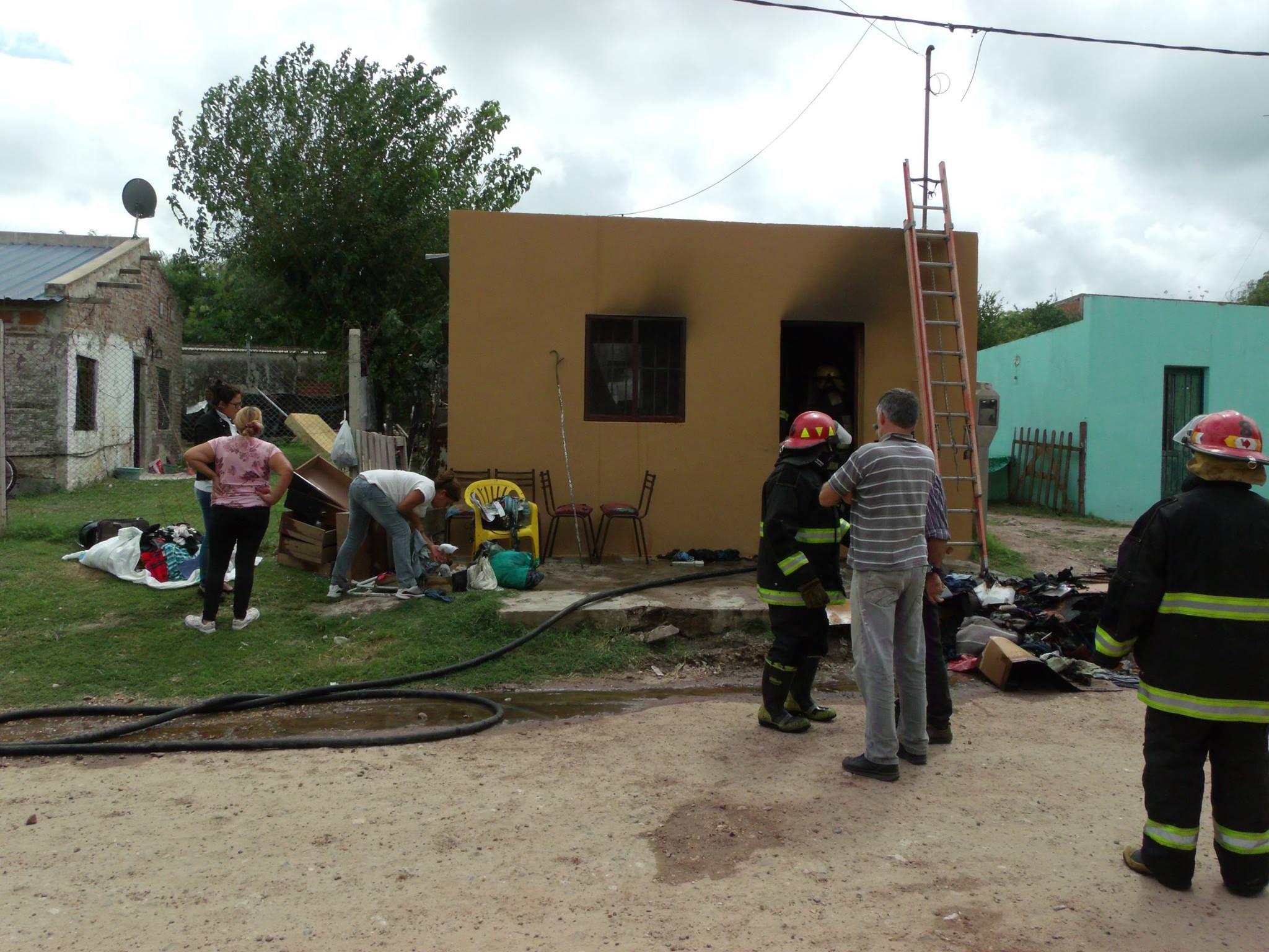 Así quedó la casa de la hija de la anciana que vieron envuelta en llamas y no sufrió heridas. Foto Gentileza/ http://www.mundoinformativo.com.ar.