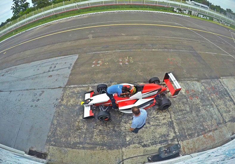 Con el equipo. El joven piloto saliendo de los boxes listo para girar en el trazado del Club de Volantes Entrerrianos (CVE).