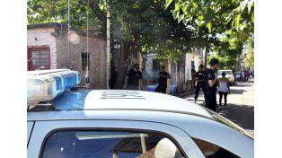 La policía realizando un operativo por drogas en el barrio Macarone. Archivo UNO.