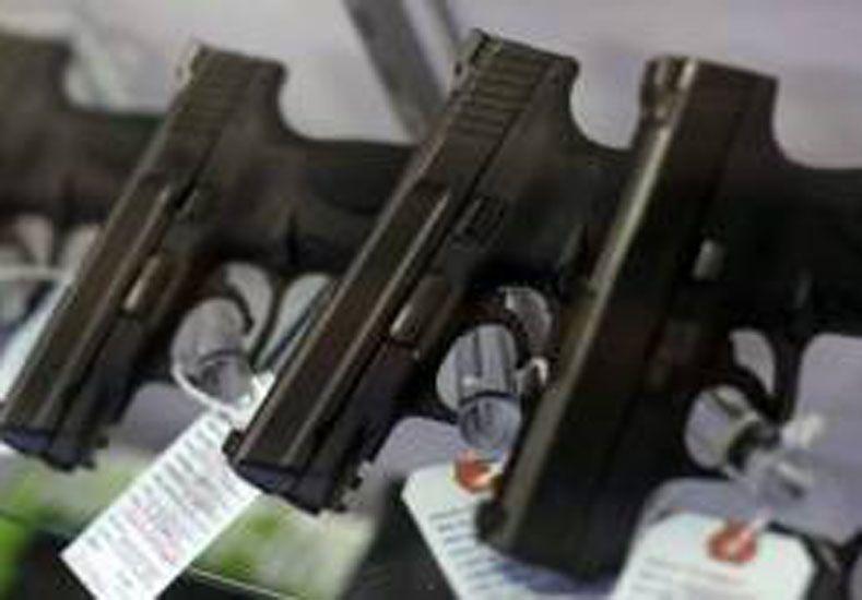 Gilt defiende el derecho que tienen los ciudadanos en Estados Unidos a portar armas de fuego. Foto: BBC