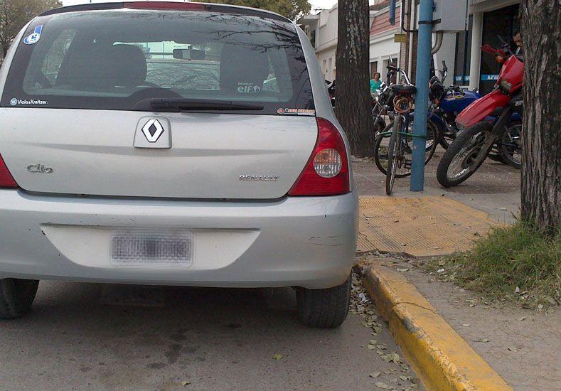 Falta de consideración. En la capital provincial es habitual ver autos obstruyendo las bajadas.