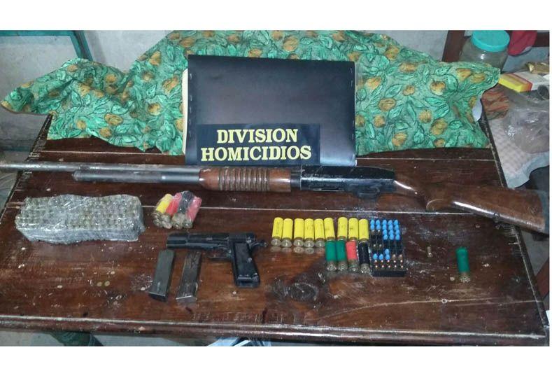 Las armas y municiones que encontró Homicidios hoy a la mañana en calle Juan Báez.
