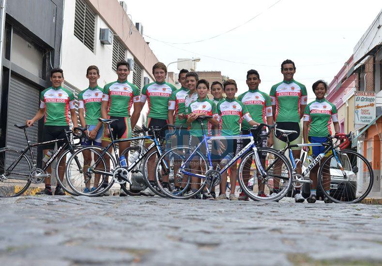 Parte de los ciclistas que asistirán al Argentino de ruta.   Foto UNO/Juan Manuel Hernández