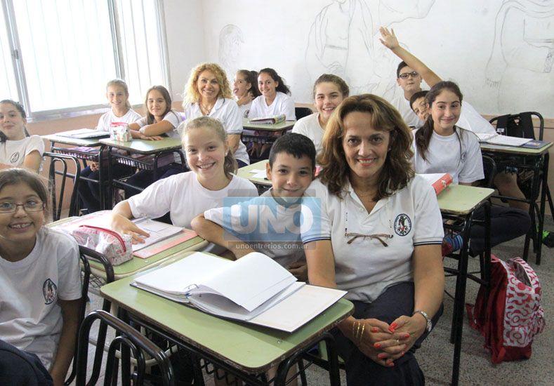 En el aula. Los chicos de 6º grado con la seño Silvia