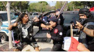 Batalla campal en una marcha del Ku Klux Klan con varios apuñalados y detenidos