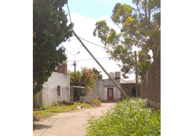Caídos. Aún se ven postes que se sostienen por los cables.