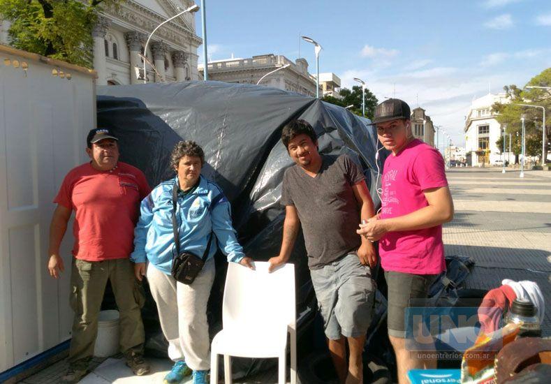Municipales soportaron la tormenta en la carpa y piden que Varisco los reciba