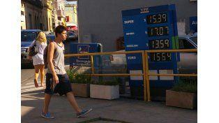 Caro. La nafta súper superará la barrera de los 16 pesos.