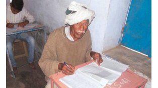 Tiene 77 años y quiere terminar la secundaria después de 46 intentos fallidos