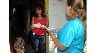 El Programa Médicos Comunitarios visita a los vecinos casa por casa para informarles de la situación. Foto Prensa Ministerio de Salud.