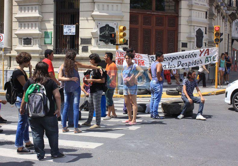 Desde las 11 hasta las 13.30 el corte sobre Corrientes fue total. Foto UNO/ Juan Ignacio Pereira.