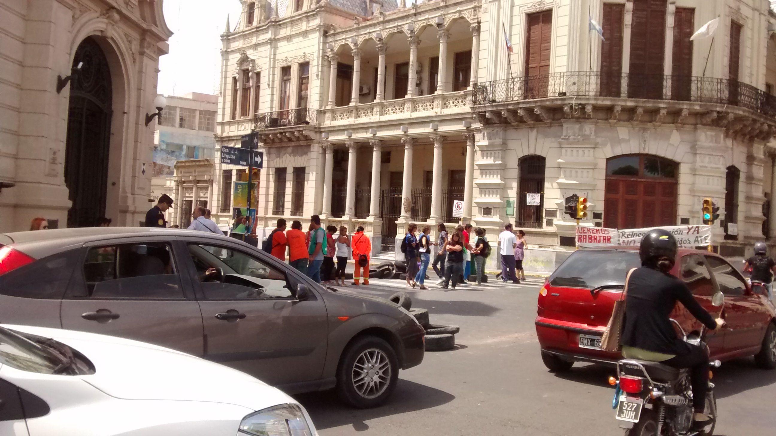 Municipales habilitaron un carril de calle Corrientes y el tránsito sigue congestionado
