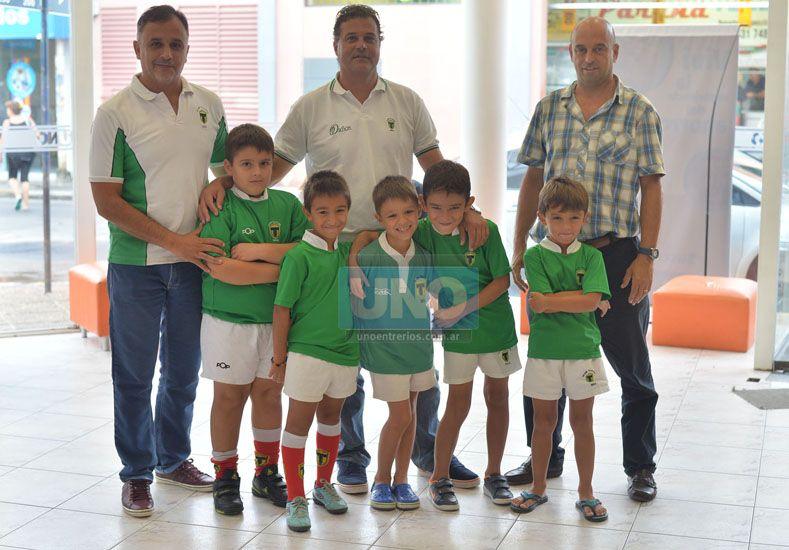 Los dirigentes junto a promesas de la entidad de Paraná.    Foto UNO/Juan Manuel Hernández
