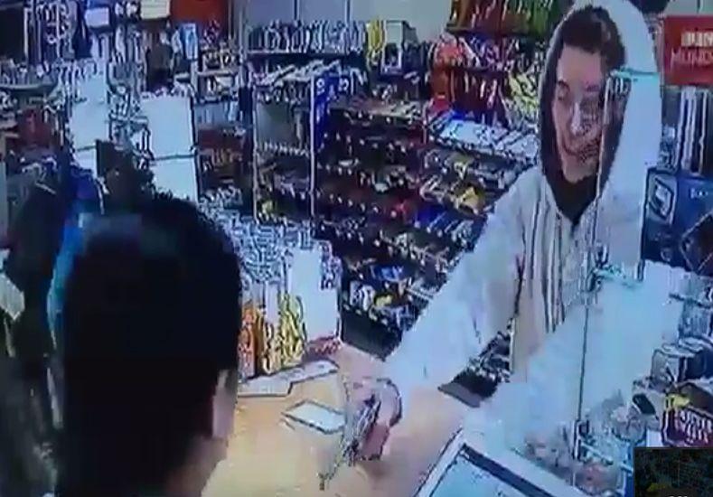 Increíble reacción de una cajera ante un ladrón armado