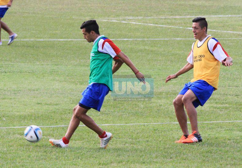 Facundo Quiroga (a la derecha) formará dupla central junto a Diego Reynoso.  Foto UNO/Diego Arias