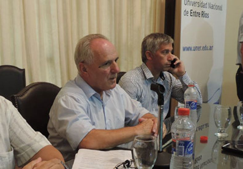 En conferencia. El conflicto fue por la adquisición de vehículos para el Ministerio de Salud.