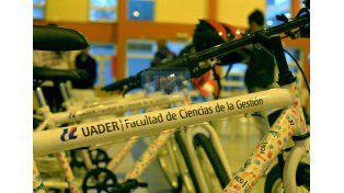 El año pasado en Uader entregaron ocho bicicletas bajo el sistema de becas. Foto UNO /Mateo Oviedo.