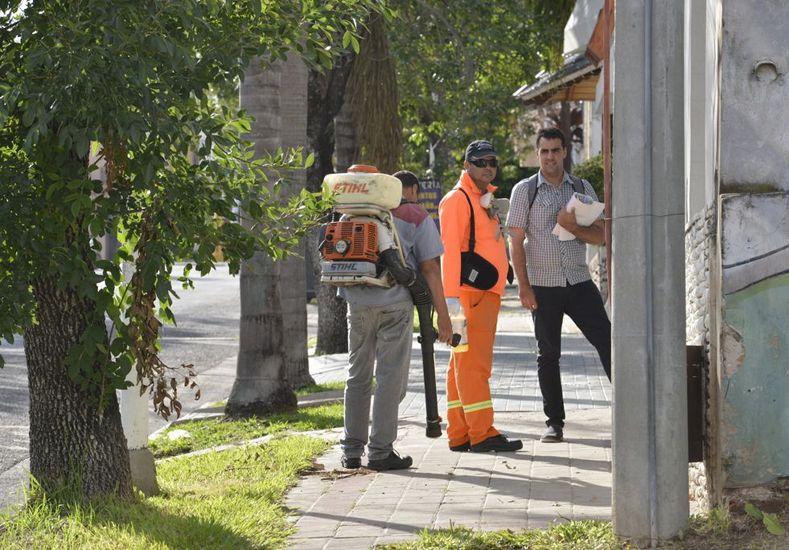 Advierten que los trabajadores municipales están identificado y no cobran para fumigar.