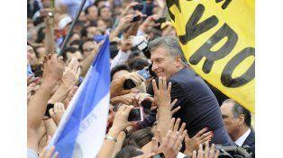 Vitoreado. El Presidente saludó a los ciudadanos que concurrieron a la plaza del Congreso a apoyarlo.  Foto: Télam