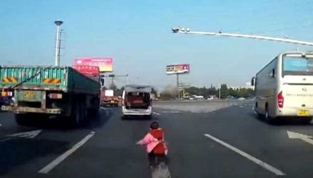 Un nene se cayó del auto y la familia no se dio cuenta