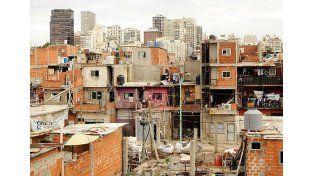 Villa. Los barrios en distintas ciudades de la República Argentina contrastan violentamente con el desierto rural.