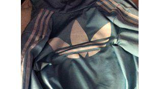 ¿La campera es blanca y azul o negra y marrón?