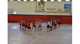 Las inclemencias del tiempo obligaron al plantel de Patronato a entrenar bajo techo.  (Foto UNO/Juan Manuel Hernández)
