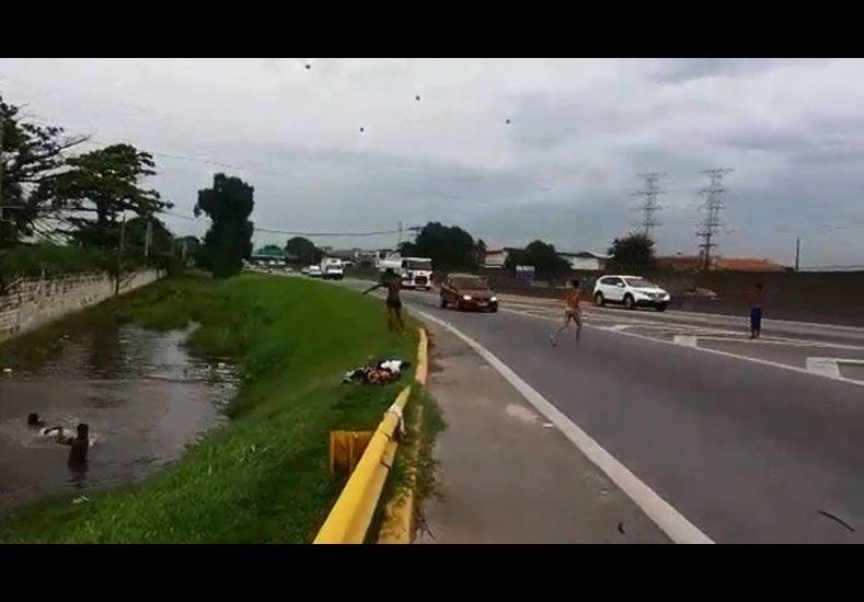 Estremecedor video: un niño atropellado en una autopista de Brasil