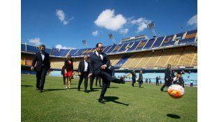 Hollande se divierte en la cancha de Boca invitado por Macri.