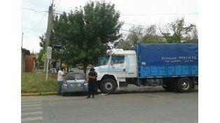 El camión circulaba por Newbery cargado de mercadería y bastante rápido. Foto/ UNO. José Amado.