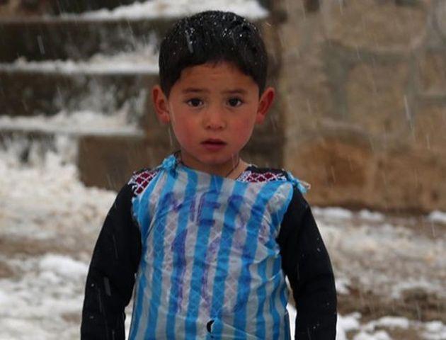 Messi le envió regalos al nene afgano que hizo una camiseta de Argentina con una bolsa