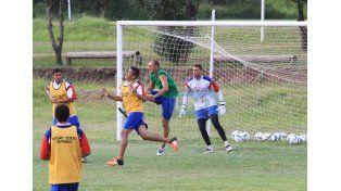 El plantel de Atlético Paraná desarrolló ayer trabajos tácticos en el predio Muper . Foto UNO/Diego Arias