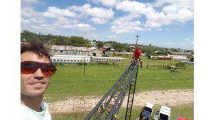Agu Izquierdo con  Emmanuel Alassia trabajando al otro día de la tormenta sobre la estructura de la carpa. Foto/Agu Izquierdo.