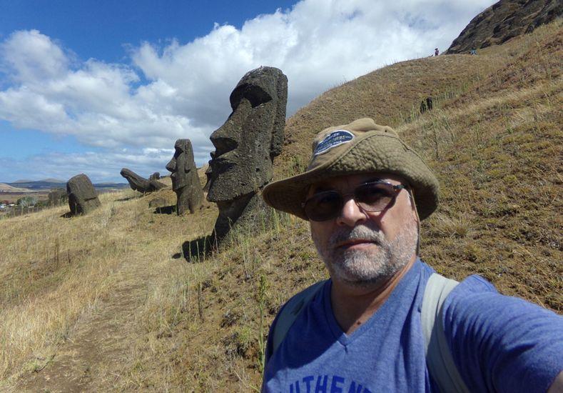 Una incógnita. El autor de la nota recorrió una parte del volcán Rano Raraku.